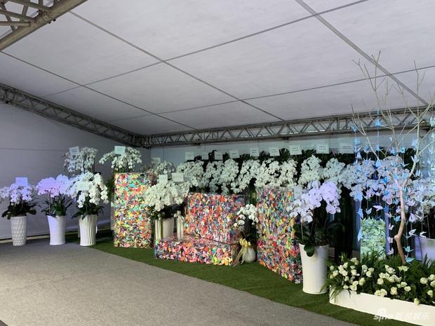 Ngày đưa tang Cao Dĩ Tường: Bạn gái cúi gằm mặt xuất hiên bên gia quyến, hàng trăm ngàn hạc giấy, hoa trắng phủ khắp nhà tang - Ảnh 11.