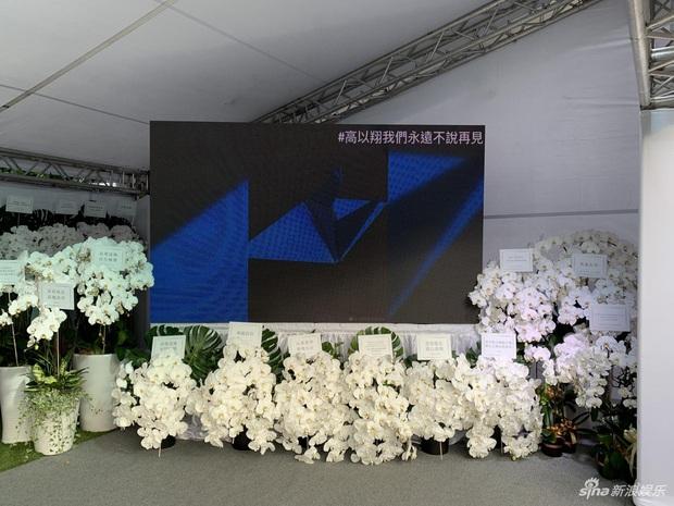 Ngày đưa tang Cao Dĩ Tường: Bạn gái cúi gằm mặt xuất hiên bên gia quyến, hàng trăm ngàn hạc giấy, hoa trắng phủ khắp nhà tang - Ảnh 14.