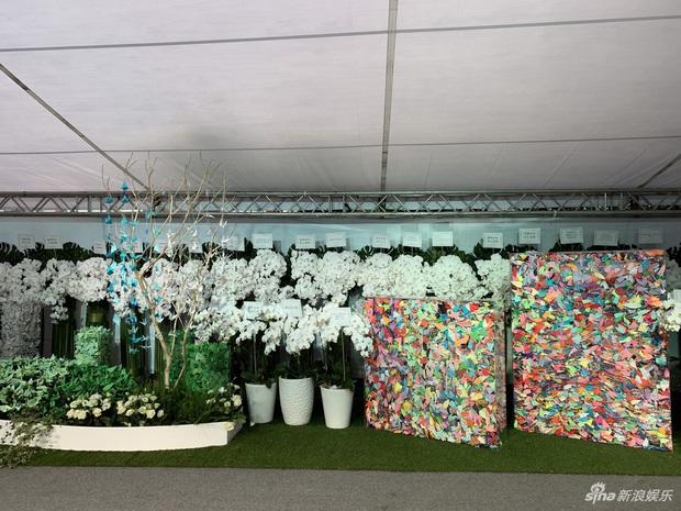 Ngày đưa tang Cao Dĩ Tường: Bạn gái cúi gằm mặt xuất hiên bên gia quyến, hàng trăm ngàn hạc giấy, hoa trắng phủ khắp nhà tang - Ảnh 13.