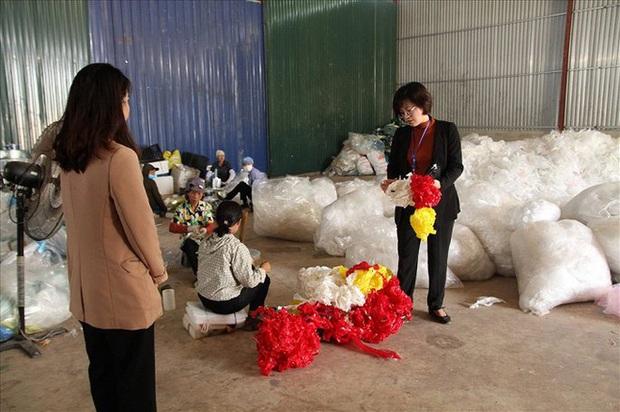 Công an kiểm tra công ty nghi chôn trộm chất thải hôi thối ở Sóc Sơn - Ảnh 2.
