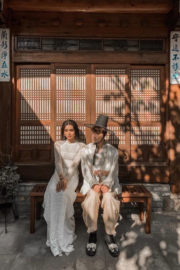 BB Trần gây bão chỉ với 2 bức ảnh: Diện áo dài nền nã, tự nhận đẹp như cô dâu Việt - chú rể Hàn bên bạn trai - Ảnh 2.
