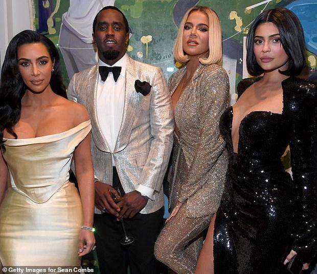 Sinh nhật như thảm đỏ lễ trao giải: Chị em nhà Kim xôi thịt nhức mắt, Kylie sóng đôi bên trai lạ và dàn sao quyền lực - Ảnh 5.