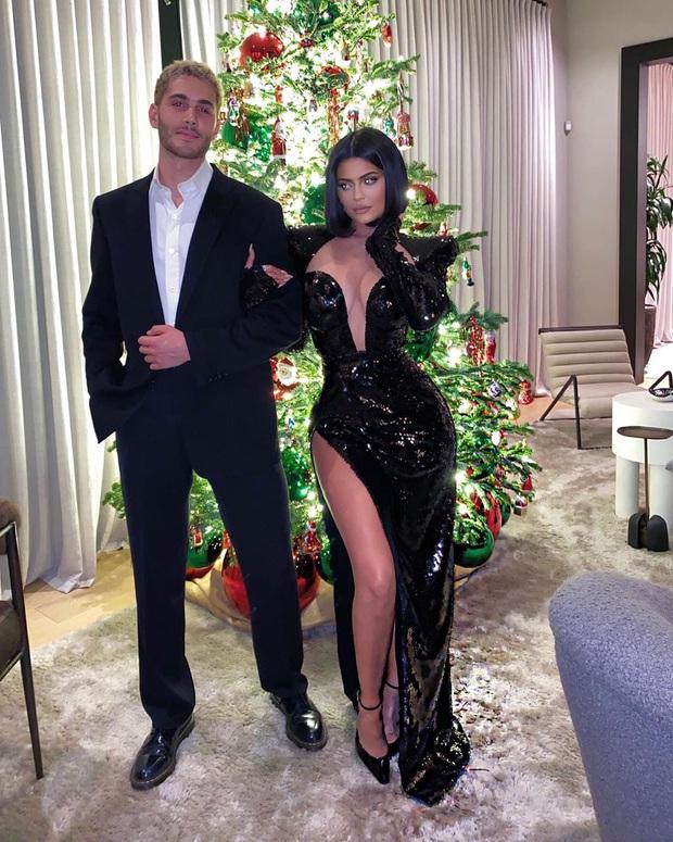 Sinh nhật như thảm đỏ lễ trao giải: Chị em nhà Kim xôi thịt nhức mắt, Kylie sóng đôi bên trai lạ và dàn sao quyền lực - Ảnh 1.