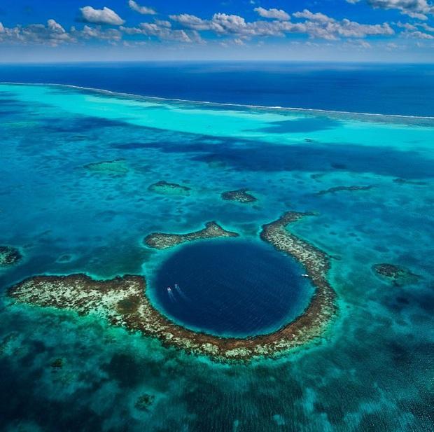 Clip rùng mình: Du khách nhảy dù chao đảo trên miệng hố sâu hun hút giữa biển, bên dưới tiềm ẩn nguy hiểm chết người! - Ảnh 4.