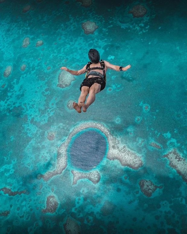 Clip rùng mình: Du khách nhảy dù chao đảo trên miệng hố sâu hun hút giữa biển, bên dưới tiềm ẩn nguy hiểm chết người! - Ảnh 11.