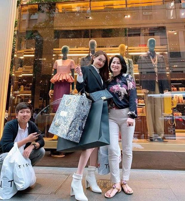 Vợ chồng Nhã Phương hiếm lắm mới du lịch nước ngoài, hành động tâm lý của Trường Giang khi vợ chụp ảnh gây chú ý - Ảnh 2.