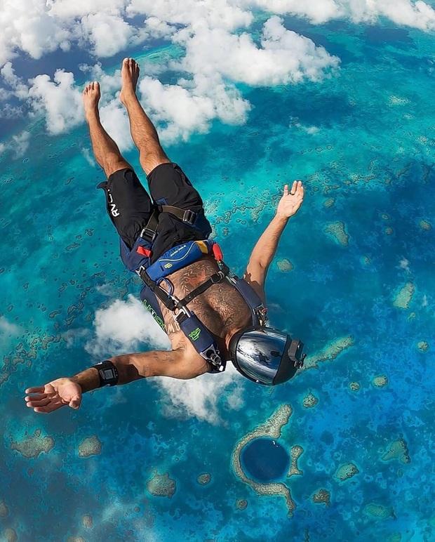 Clip rùng mình: Du khách nhảy dù chao đảo trên miệng hố sâu hun hút giữa biển, bên dưới tiềm ẩn nguy hiểm chết người! - Ảnh 10.