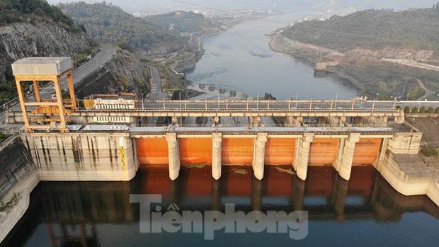 Hồ chứa cạn nhất 30 năm qua, Thủy điện Hòa Bình thấp thỏm chờ nước - Ảnh 1.