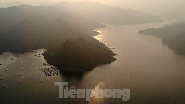 Hồ chứa cạn nhất 30 năm qua, Thủy điện Hòa Bình thấp thỏm chờ nước - Ảnh 2.