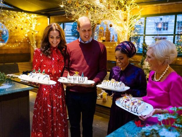 Vợ chồng Công nương Kate ngượng chín mặt trên truyền hình khi bị phát hiện gian lận trong phần thử thách làm bánh Giáng sinh - Ảnh 1.