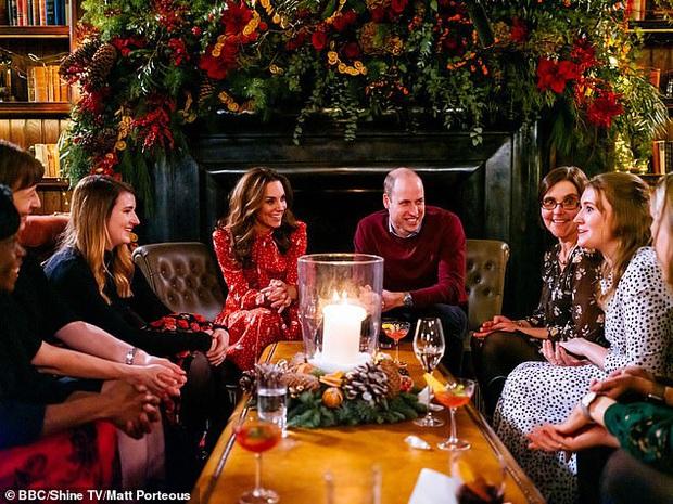 Vợ chồng Công nương Kate ngượng chín mặt trên truyền hình khi bị phát hiện gian lận trong phần thử thách làm bánh Giáng sinh - Ảnh 2.