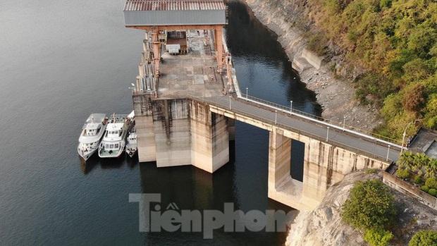 Hồ chứa cạn nhất 30 năm qua, Thủy điện Hòa Bình thấp thỏm chờ nước - Ảnh 3.