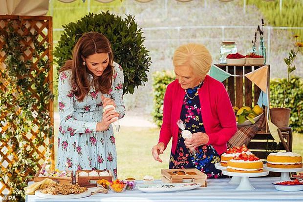 Vợ chồng Công nương Kate ngượng chín mặt trên truyền hình khi bị phát hiện gian lận trong phần thử thách làm bánh Giáng sinh - Ảnh 3.