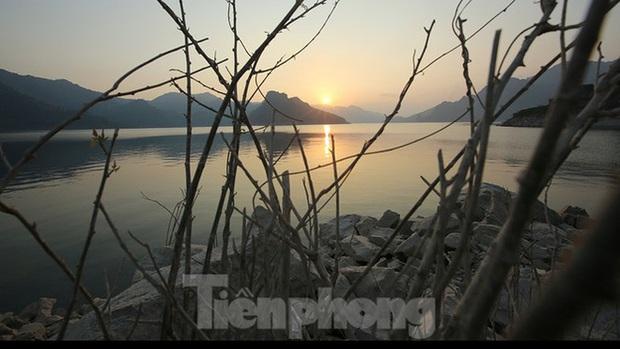 Hồ chứa cạn nhất 30 năm qua, Thủy điện Hòa Bình thấp thỏm chờ nước - Ảnh 5.
