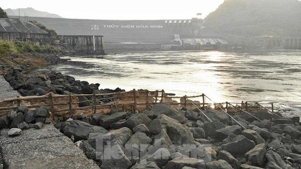 Hồ chứa cạn nhất 30 năm qua, Thủy điện Hòa Bình thấp thỏm chờ nước - Ảnh 9.