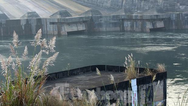 Hồ chứa cạn nhất 30 năm qua, Thủy điện Hòa Bình thấp thỏm chờ nước - Ảnh 10.