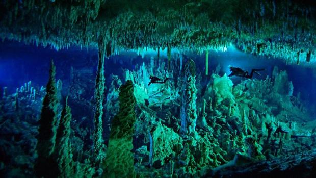 Clip rùng mình: Du khách nhảy dù chao đảo trên miệng hố sâu hun hút giữa biển, bên dưới tiềm ẩn nguy hiểm chết người! - Ảnh 6.