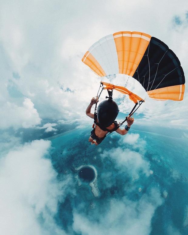 Clip rùng mình: Du khách nhảy dù chao đảo trên miệng hố sâu hun hút giữa biển, bên dưới tiềm ẩn nguy hiểm chết người! - Ảnh 12.