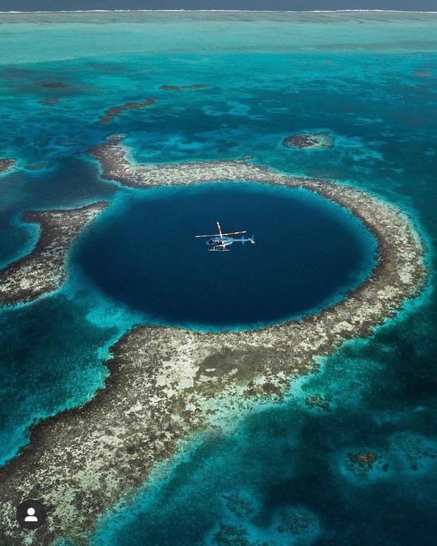 Clip rùng mình: Du khách nhảy dù chao đảo trên miệng hố sâu hun hút giữa biển, bên dưới tiềm ẩn nguy hiểm chết người! - Ảnh 3.