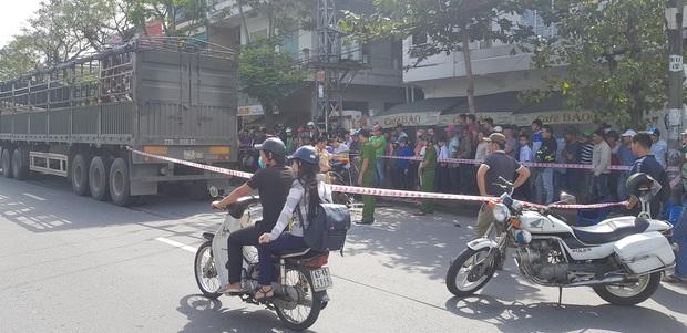 Trên đường tới trường đón con đi học về, người mẹ chết thảm dưới bánh xe tải - Ảnh 2.