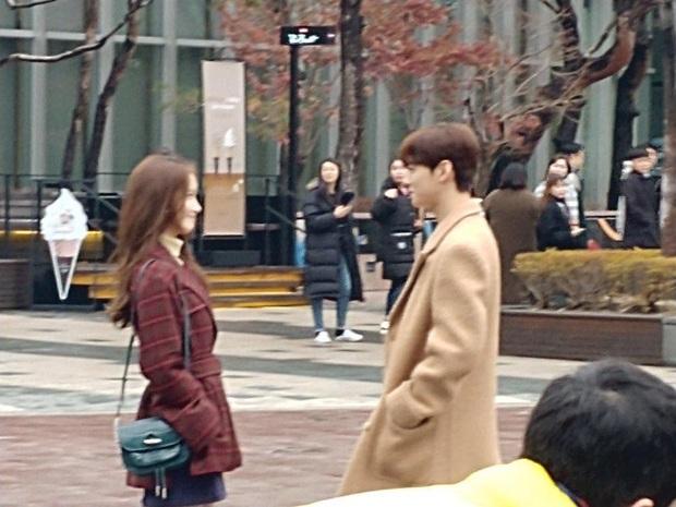 Loạt ảnh chụp vội Yoona và Cha Eun Woo đang gây bão MXH Việt: Hình mờ nhưng visual cực phẩm không hề lu mờ - Ảnh 1.