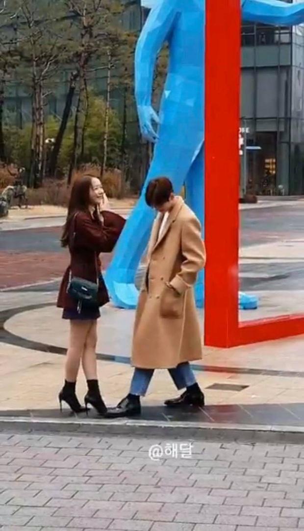 Loạt ảnh chụp vội Yoona và Cha Eun Woo đang gây bão MXH Việt: Hình mờ nhưng visual cực phẩm không hề lu mờ - Ảnh 3.
