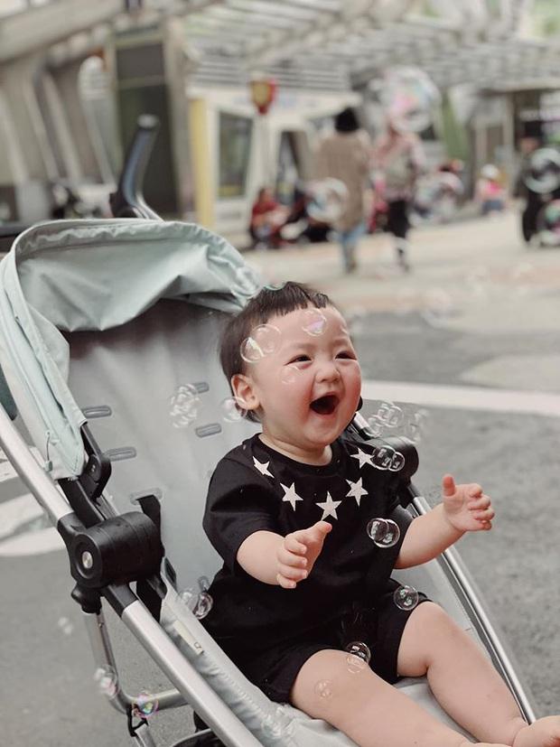 Á hậu Tú Anh công khai mặt quý tử trong ngày sinh nhật, mới 1 tuổi mà đã lớn phổng phao - Ảnh 1.