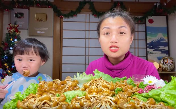 Bé Sa trở lại quay vlog cùng mẹ Quỳnh Trần, nhưng điều khiến dân tình chú ý lại là món nấm trân châu vừa lạ vừa… nhớt - Ảnh 6.