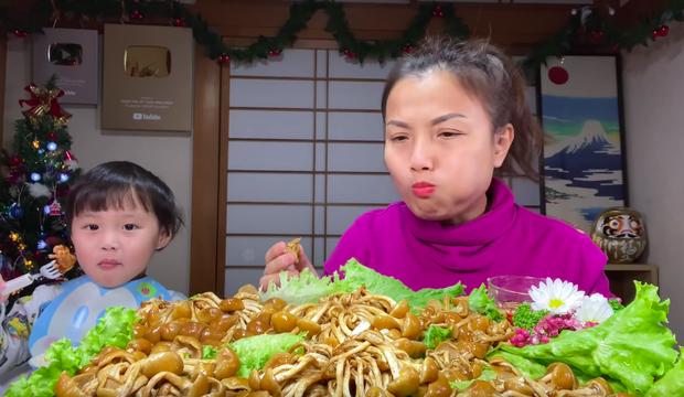 Bé Sa trở lại quay vlog cùng mẹ Quỳnh Trần, nhưng điều khiến dân tình chú ý lại là món nấm trân châu vừa lạ vừa… nhớt - Ảnh 5.