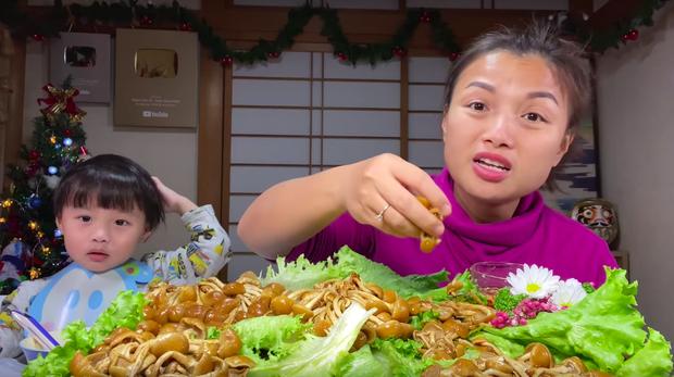 Bé Sa trở lại quay vlog cùng mẹ Quỳnh Trần, nhưng điều khiến dân tình chú ý lại là món nấm trân châu vừa lạ vừa… nhớt - Ảnh 7.