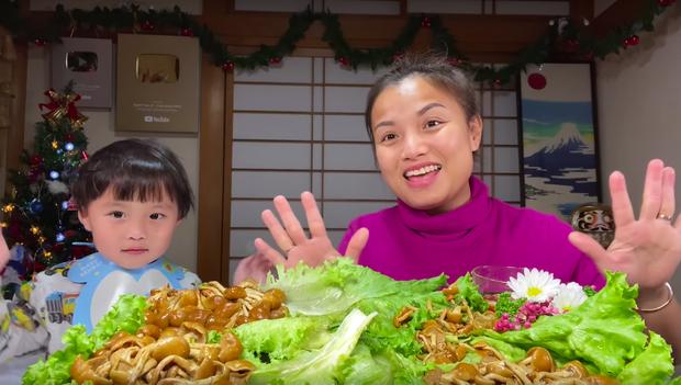 Bé Sa trở lại quay vlog cùng mẹ Quỳnh Trần, nhưng điều khiến dân tình chú ý lại là món nấm trân châu vừa lạ vừa… nhớt - Ảnh 8.