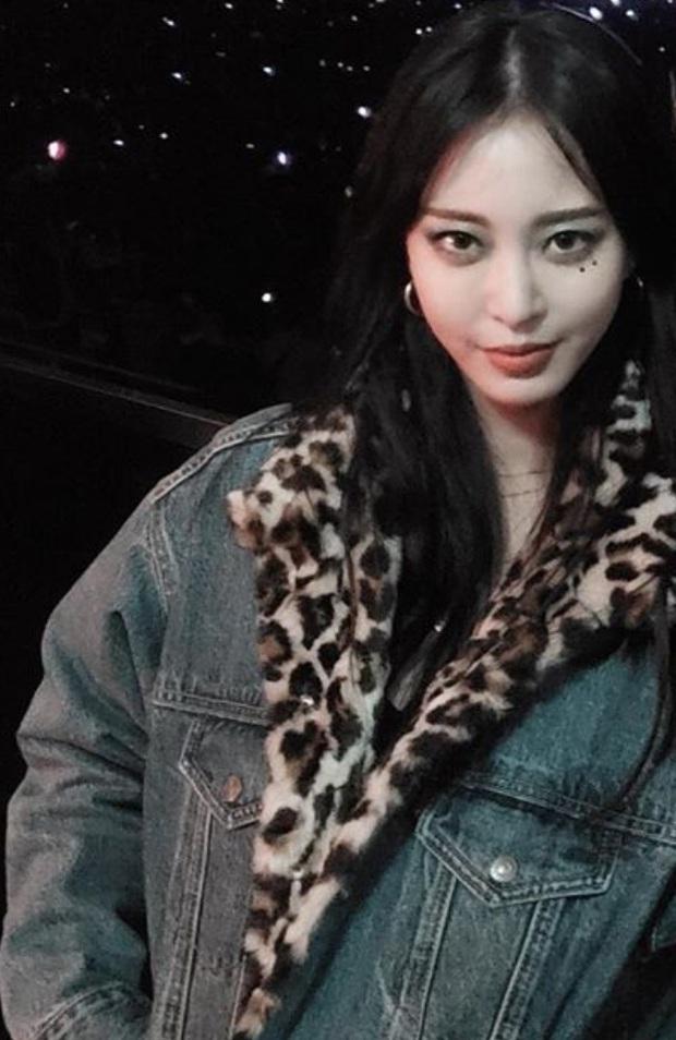 Mặc chung áo khoác với 2 đàn em trẻ măng, Han Ye Seul đáng tuổi dì vẫn chặt đẹp như thường - Ảnh 2.