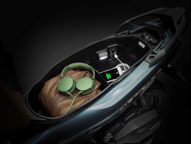 Sạc điện thoại trong cốp xe: Điểm mới của Honda Air Blade 2020 khiến nhiều người ái ngại và tranh cãi xôn xao - Ảnh 2.
