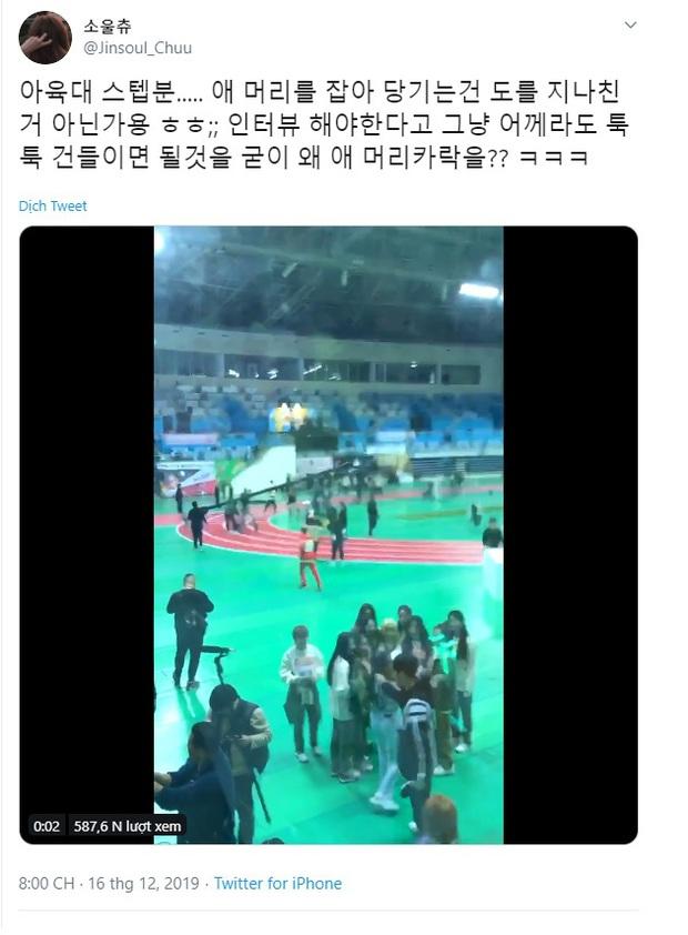 Netizen bức xúc khi thành viên LOONA bị nhân viên kéo tóc giục đi phỏng vấn - Ảnh 2.
