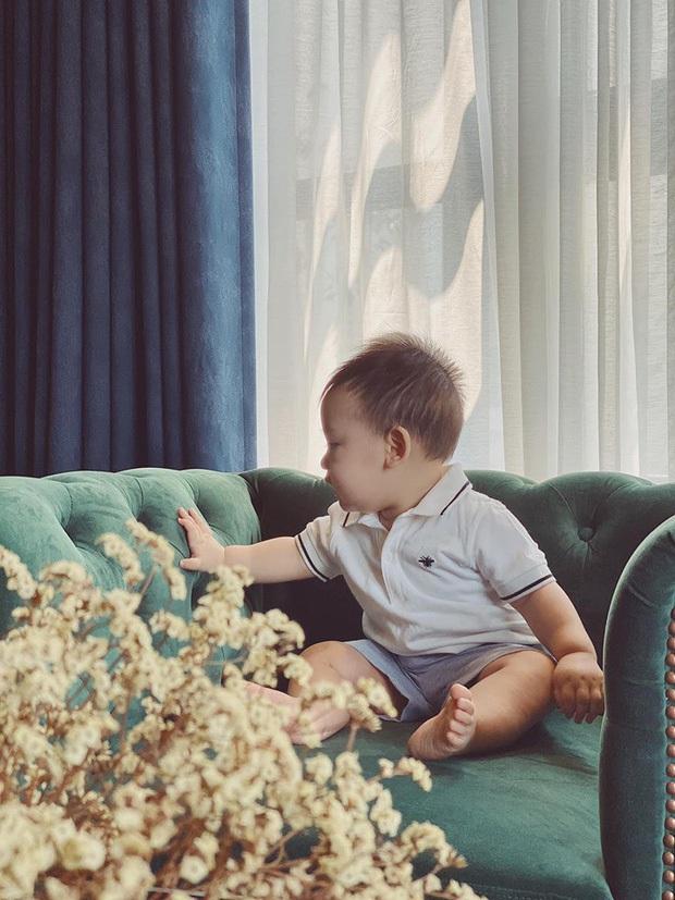 Á hậu Tú Anh công khai mặt quý tử trong ngày sinh nhật, mới 1 tuổi mà đã lớn phổng phao - Ảnh 3.