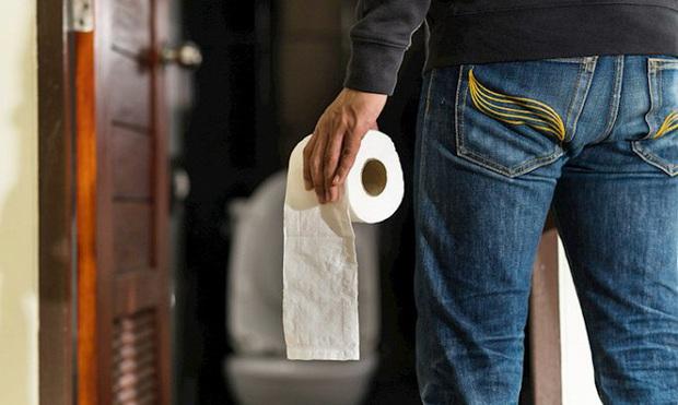 Quay lén đàn ông trong toilet công cộng, nam tiếp viên hàng không phải ngồi tù - Ảnh 1.