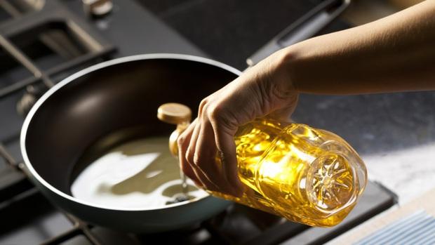 Gia đình nào cũng phải sử dụng dầu ăn để nấu nướng, vậy chọn dầu ăn như thế nào để tốt cho sức khỏe? - Ảnh 2.