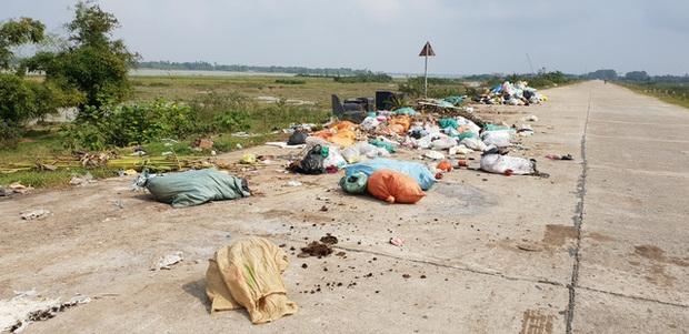 Kinh hoàng những bãi rác khổng lồ nằm ngay trên đê chống lũ - Ảnh 8.