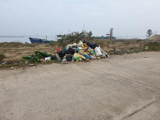 Kinh hoàng những bãi rác khổng lồ nằm ngay trên đê chống lũ - Ảnh 9.