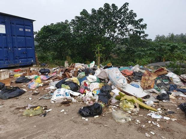 Kinh hoàng những bãi rác khổng lồ nằm ngay trên đê chống lũ - Ảnh 10.