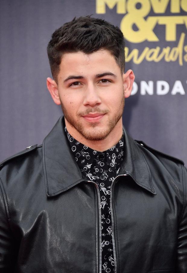 Đời tư dàn sao Jumanji 2: Kẻ lộ clip sex khi vợ bầu, Nick Jonas cưới Hoa hậu hơn 10 tuổi, nhưng chưa sốc bằng The Rock - Ảnh 8.