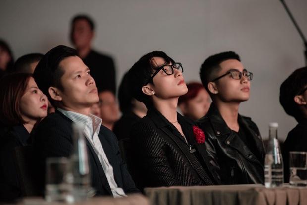Em trai Sơn Tùng M-TP hút mọi ánh nhìn trong họp báo của anh trai với phong cách chững chạc và đôi chân dài miên man - Ảnh 1.