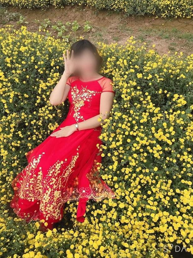 Hình ảnh cô gái nằm ngả ngớn thẳng luống hoa cúc để chụp ảnh khiến dân mạng nóng mắt: Duyên đến thế là cùng! - Ảnh 1.