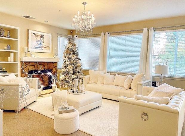 Phạm Hương trang trí nhà sang chảnh tại Mỹ đón Giáng sinh: Cây thông khổng lồ, tự tay bố trí lộng lẫy mới chịu - Ảnh 3.