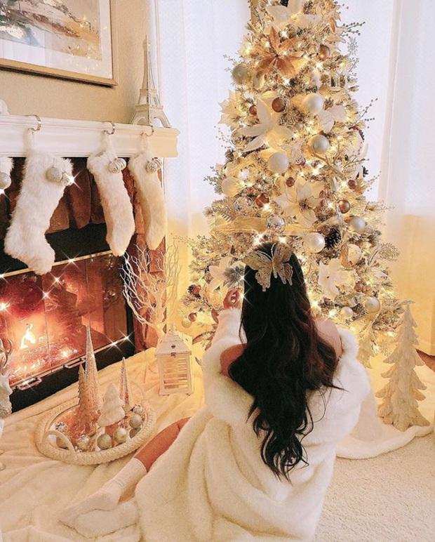 Phạm Hương trang trí nhà sang chảnh tại Mỹ đón Giáng sinh: Cây thông khổng lồ, tự tay bố trí lộng lẫy mới chịu - Ảnh 5.