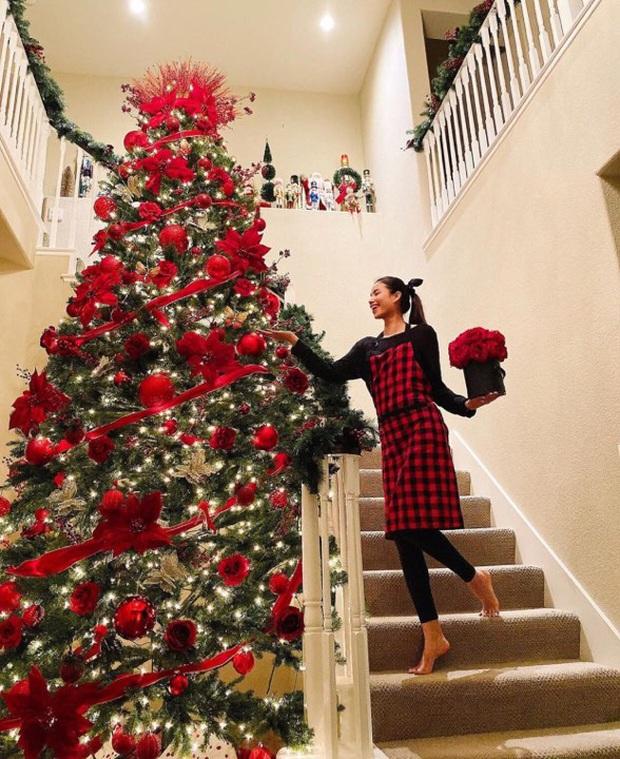 Phạm Hương trang trí nhà sang chảnh tại Mỹ đón Giáng sinh: Cây thông khổng lồ, tự tay bố trí lộng lẫy mới chịu - Ảnh 4.