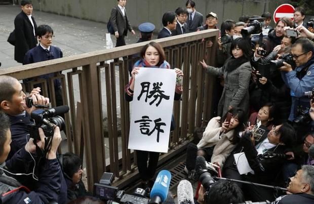 Vụ nữ nhà báo bị cấp trên tấn công tình dục chấn động Nhật Bản: Nạn nhân được bồi thường 700 triệu đồng, bật khóc vì vui mừng trước tòa - Ảnh 1.