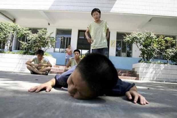 Con trai bị bạn học trêu đến mức muốn tự tử, mẹ trẻ ở Hà Nội đến tận trường xử lý, cái kết khiến ai cũng vỗ tay thán phục - Ảnh 3.
