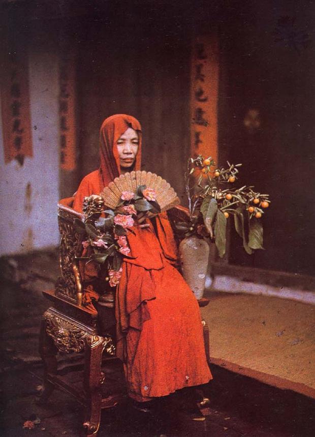 Tung tạo hình Duyên Âm, Hoàng Thuỳ Linh bị netizen phát hiện giống bất ngờ với ảnh bà đồng tìm được trên Google - Ảnh 2.