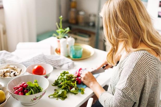 Ăn salad sẽ không giúp bạn giảm cân mà ngược lại còn gây béo nếu bạn ăn sai cách - Ảnh 1.